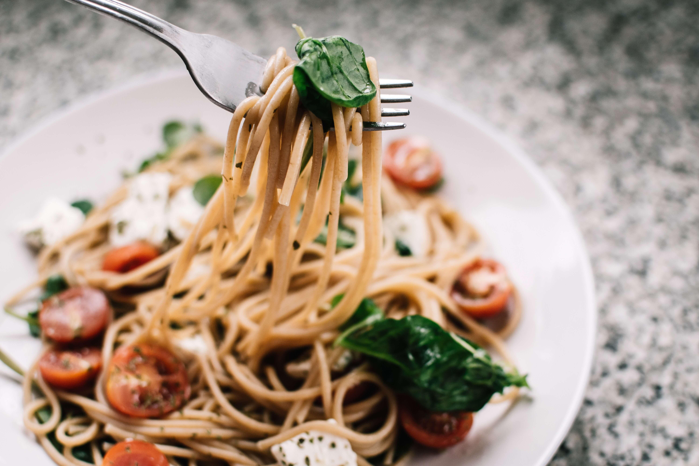 Leckeres Essen: Nudeln mit Tomaten und Basilikum