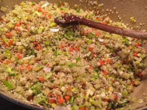 Zwiebeln und Graupen mit Gemüse dünsten