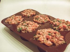 Lachstartar mit Avocado und Kräuterdip in der Silikonform zum Einfrieren