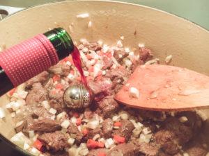 ordentlich mit Rotwein ablöschen