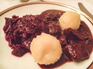 fertiges Wildragout/ Hirsch-Gulasch mit weihnachtlichen Gewürzen mit Kartoffelklößen und Rotkohl