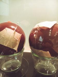 Acrylkugeln mit Schokolade füllen, schließen und sichern